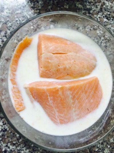 ngâm cá hồi với sữa tươi